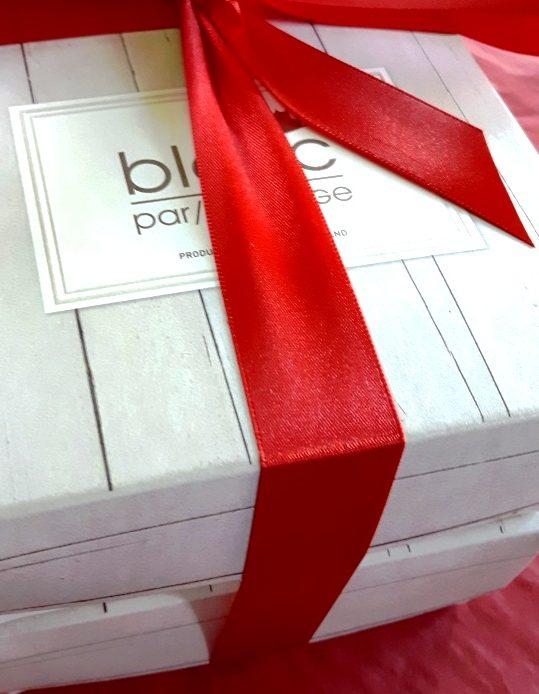 Nous pouvons créer des coffrets corporatifs doubles également selon votre budget pour en faire un coffret cadeau unique et sur mesure.