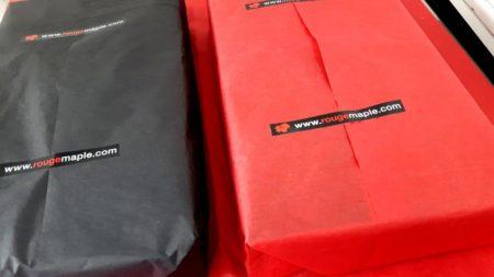 Emballage de nos coffrets cadeaux corporatifs à l'érable prestige en papier de soie